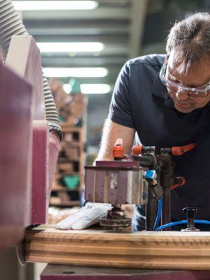 Die Maschinenbedienung gehört dazu: So fertige ich aus Holz maßgeschneiderte Elemente.