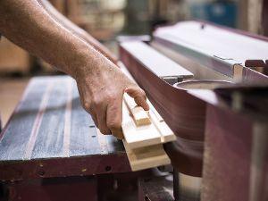 Nach der Holzbearbeitung verleihe ich dem Holz in zwei Schritten den letzen Schliff.
